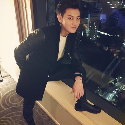 EXO成员TAO晒近照 穿黑衣炯炯有神(图)