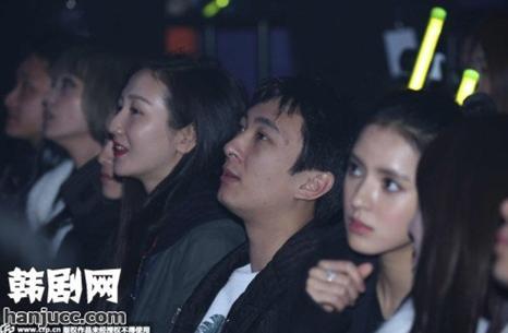 ...现场.   录制当晚t-ara六位成员身穿清一色的红色超短小旗袍...