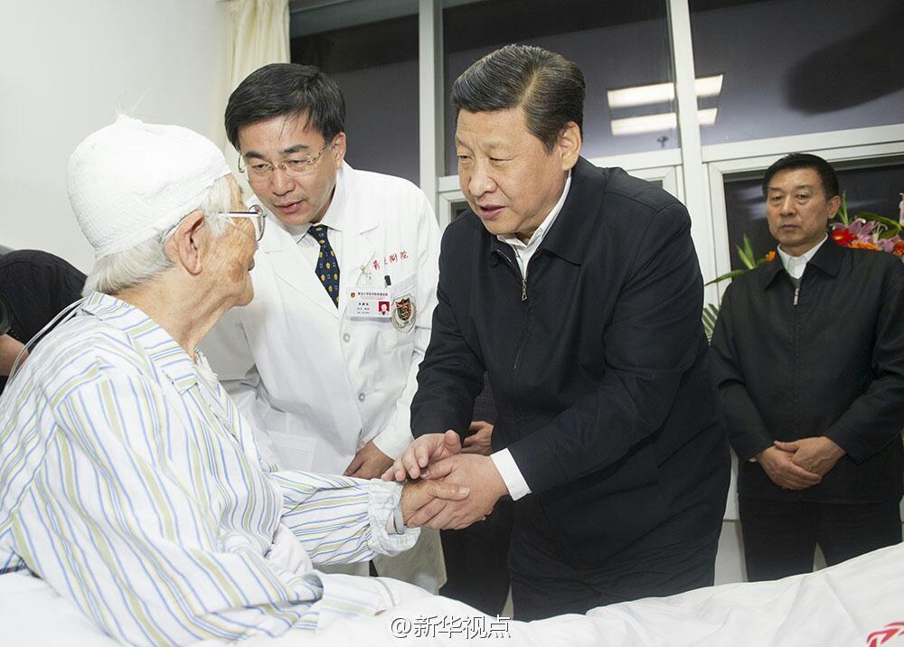 据齐鲁晚报,11月24日下午,习近平抵达青岛,去医院看望慰问爆燃事故中的伤者。