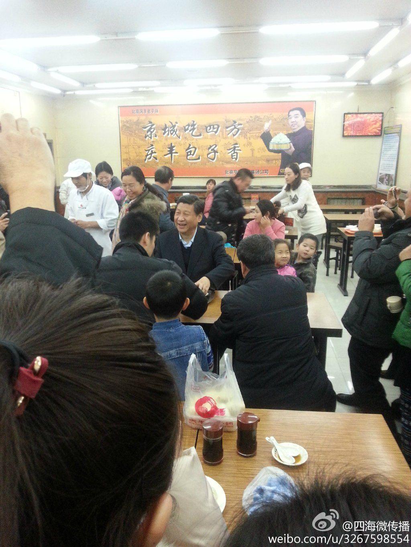 新华社12月28日消息,据网友@四海微传播发布,习近平买包子,还自己买单、端盘子、取包子。