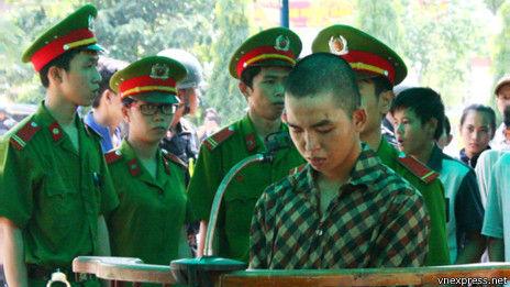 警方随后严查并逮捕千余名嫌犯.越南官方媒体报道说,周日的公审图片