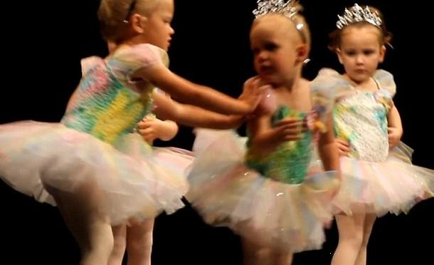 小女孩穿芭蕾舞衣