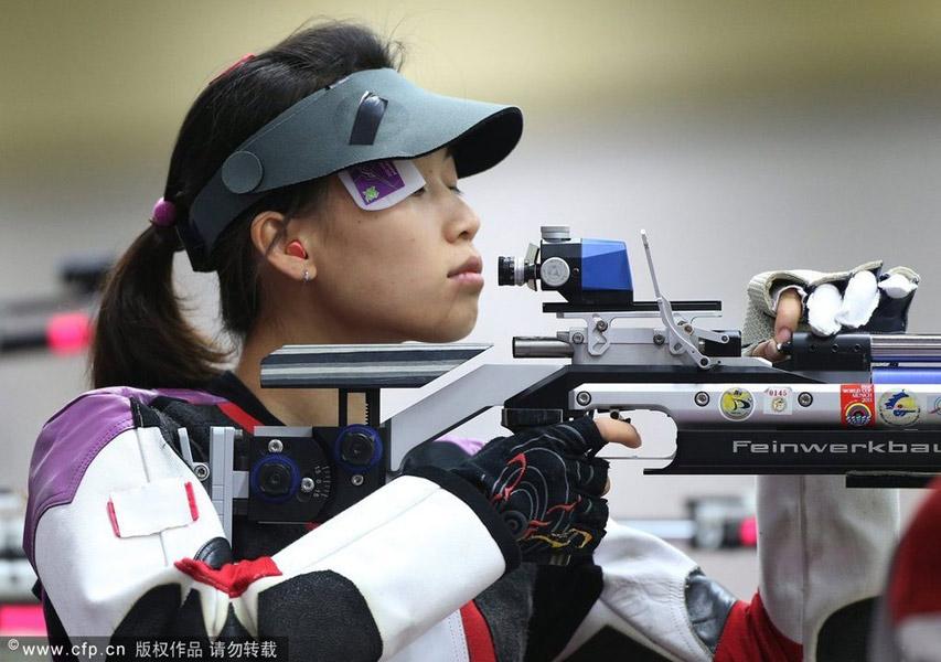 2012年7月28日,伦敦,2012伦敦奥运会中国军团首日射击女子10米气步枪决赛,易思玲斩获奥运首金。易思玲在比赛中。