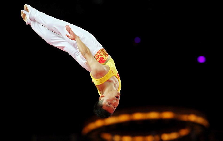 2012年8月3日,中国队的董栋以62.99分的成绩夺得金牌,他的队友、该项目的卫冕冠军陆春龙以61.319分获得铜牌,而俄罗斯名将乌沙科夫分的成绩61.769分获得了该项目的亚军。这是中国代表团在此次伦敦奥运会赛场上获得的第19金。董栋空中姿态。