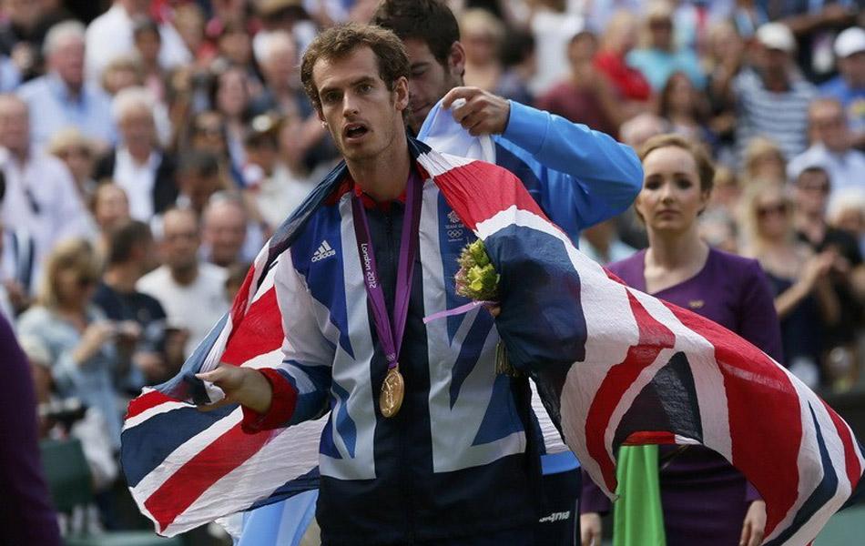 北京时间8月5日,2012伦敦奥运继续最后的收官阶段,本土宠儿穆雷和瑞士天王费德勒自三周前的温布尔登决赛后再度会师奥运男单金牌争夺战。坐拥主场优势的穆雷一改此前大赛决赛的萎靡,状态出色的英国天才直落三盘用6-2,6-1,6-4,的比分完胜费德勒成功复仇如愿摘得金牌,同时穆雷也粉碎了瑞士天王的金满贯希望。穆雷身披国旗.