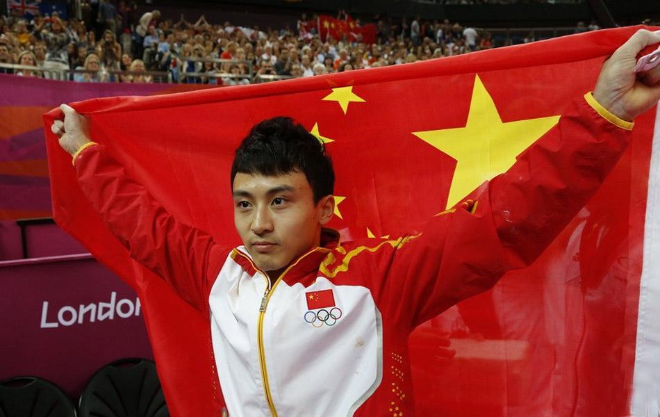 北京时间8月7日,伦敦奥运会体操比赛进入最后一天。在率先结束的男子双杠决赛中,第三个出场的冯喆拿出了7.0的最高难度,最终以15.966分夺冠。德国选手马塞尔·阮与法国选手萨博特分列二、三名。另外一名中国选手张成龙遗憾掉下器械,名列第九。冯喆以最高难度夺得金牌,身披五星红旗。