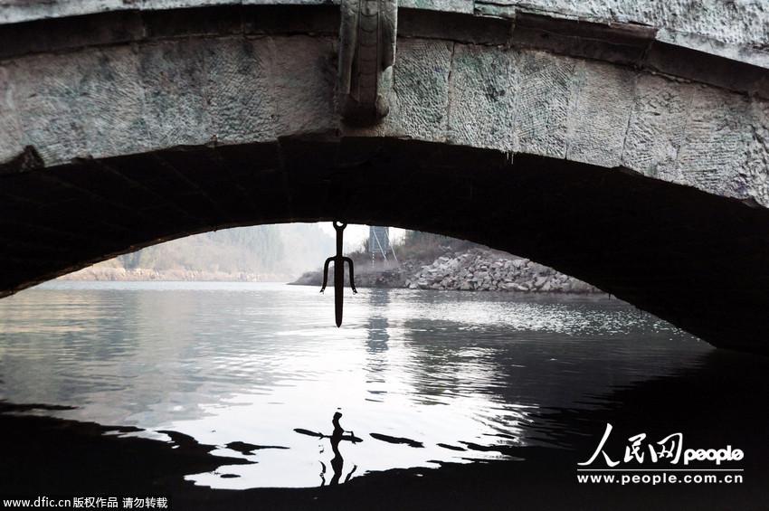 重庆云阳三峡持续为下游补水 库区水淹古桥 崭露头角