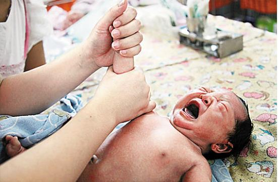 上肢(增强灵活反应) 捏挤搓滚小棒手,掌心抚摸是指尖,四肢的动作都是一样的 1、在捏挤搓滚小棒手时,要注意手掌的大面积去接触宝宝的皮肤。 2、在手掌心里画倒人字。 3、掌心按到指尖。在提拉指尖时,要顺着宝宝的力,不要硬扳宝宝的手指,当您给宝宝做几次抚触后,宝宝也会懂得享受和配合您,比如您做到掌心抚摸时,宝宝就会张开手掌,让你提拉手指呢!