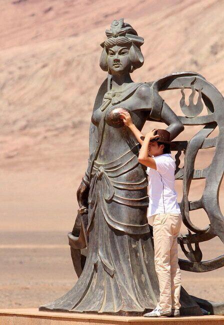 鲁番火焰山景区铁扇公主雕像优雅大方,是景区一道亮丽的风景线,