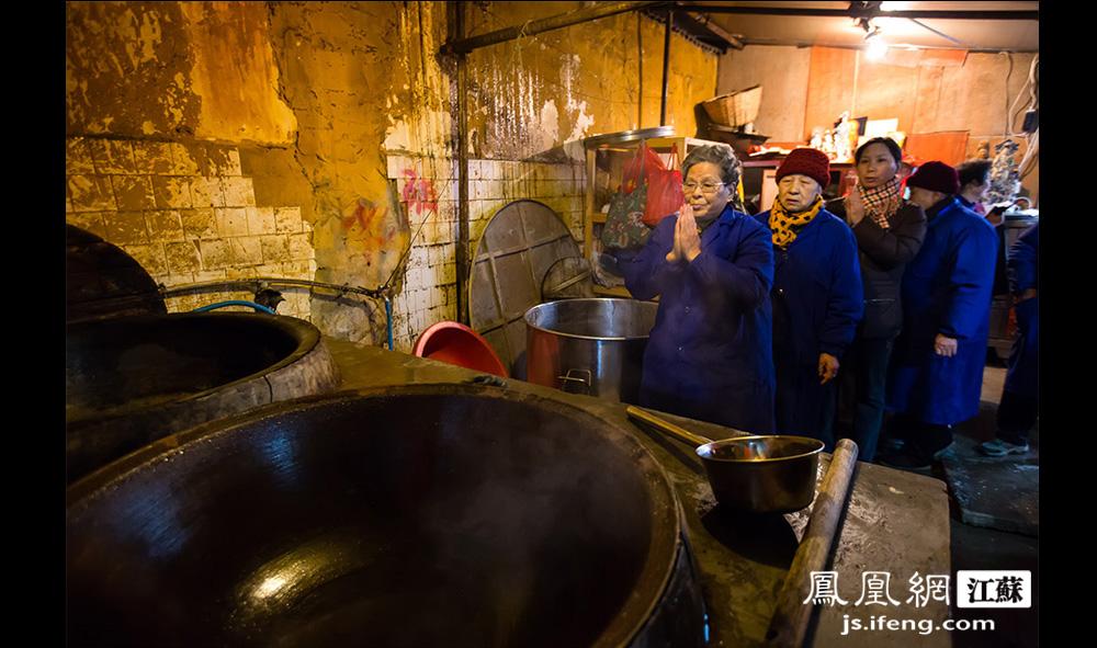严师傅磕头完毕,随后,当天上午来寺院熬粥的近四十位居士一一排队向灶君王磕头。(黄埔7号影像俱乐部/图 胥大伟/文)