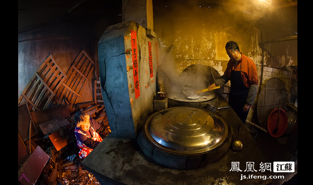 厨房内场景,严师傅撇去锅中浮沫。(黄埔7号影像俱乐部/图 胥大伟/文)