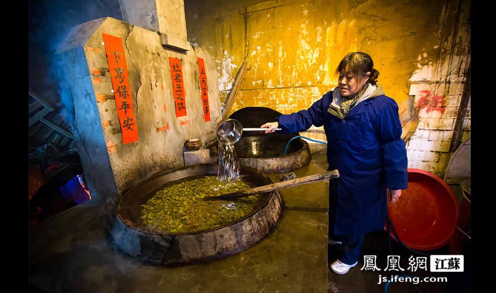 原料数量众多,除了土灶两口锅外,另有两口锅在燃气灶上煮。严师傅忙不过来的时候,其他居士也会上锅帮忙。(黄埔7号影像俱乐部/图 胥大伟/文)