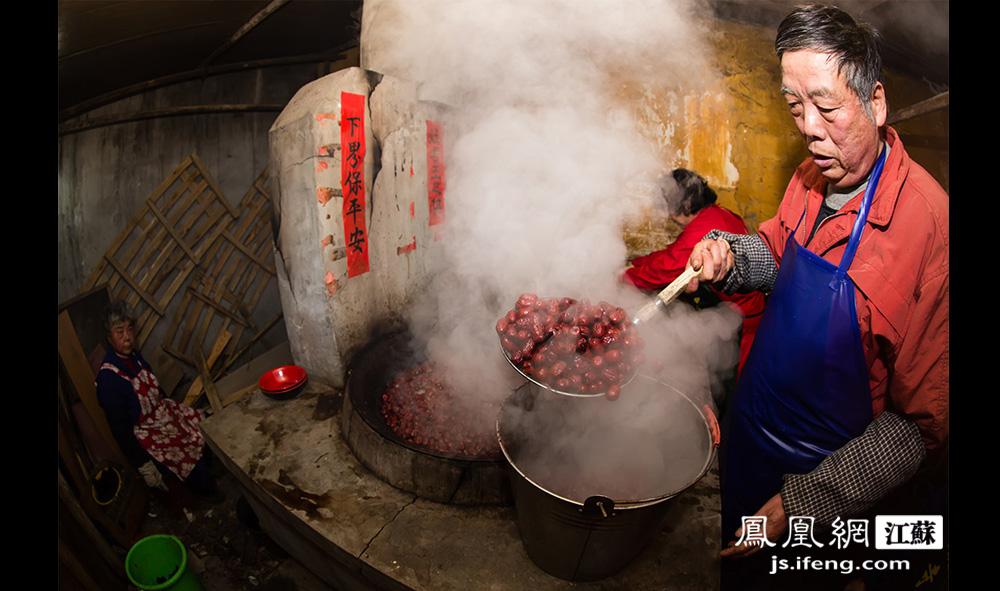 平均地,每种原料要煮上一两个小时。待原料都煮好之后,严师傅最后将它们与米混合下锅。图为严师傅捞红枣出锅。(黄埔7号影像俱乐部/图 胥大伟/文)