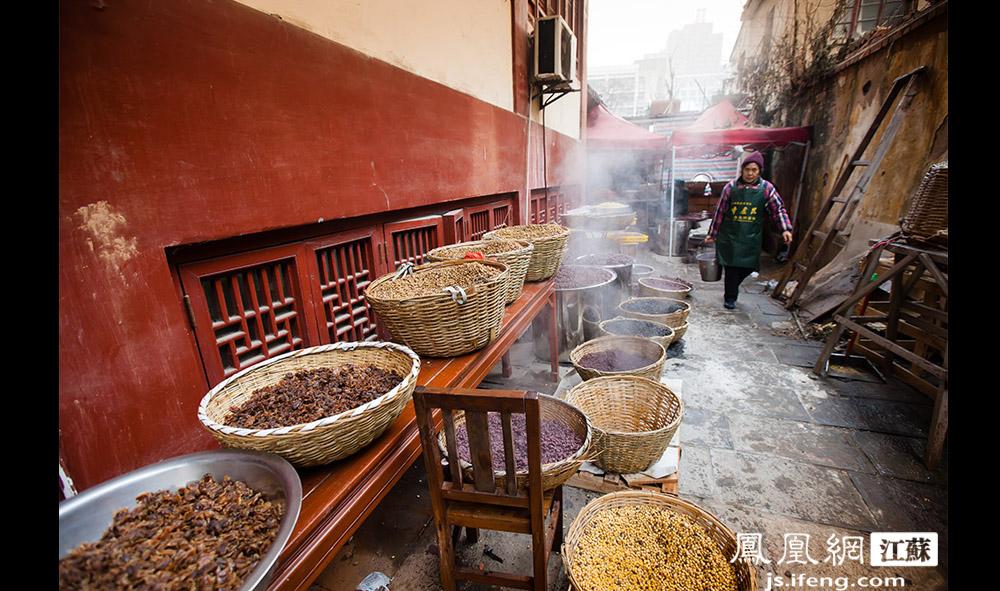 煮好之后的各种原料被盛放在篮子里晾晒,在冬日里冒着热气。(黄埔7号影像俱乐部/图 胥大伟/文)