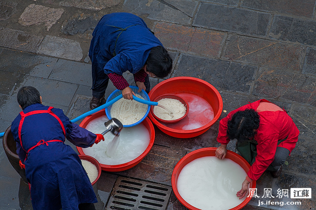 据严师傅介绍,煮腊八粥要口感好,大米的比例很重要,三勺粳米配上半勺糯米。图为居士们在院中淘米。今年腊八,毗卢寺共用了五六百斤大米。(黄埔7号影像俱乐部/图 胥大伟/文)