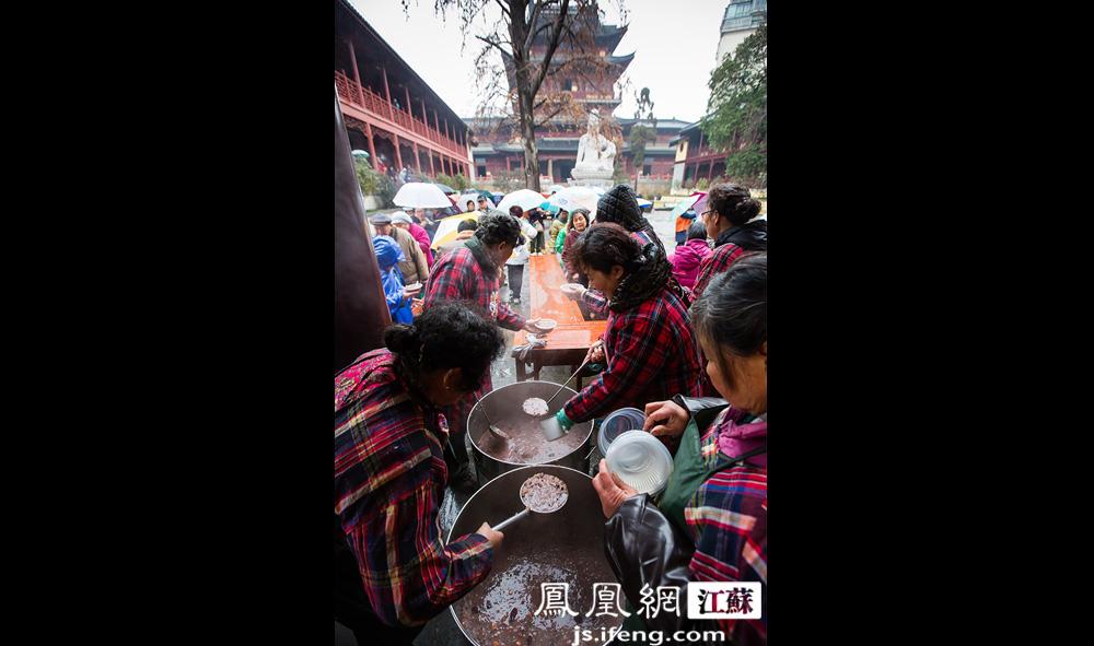 居士们为市民盛粥。分发给市民之外,居士们还会带些粥回家给家人孩子喝。(黄埔7号影像俱乐部/图 胥大伟/文)