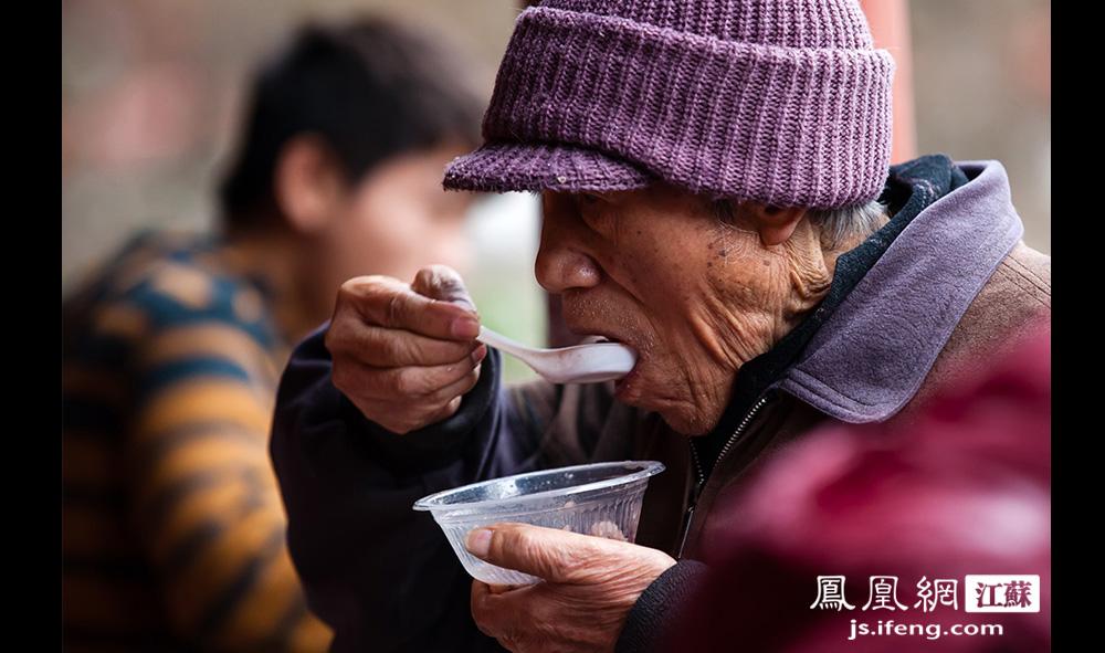 一位老者在寺院喝粥。前来领粥的市民基本都吃得很干净,一点不剩。(黄埔7号影像俱乐部/图 胥大伟/文)