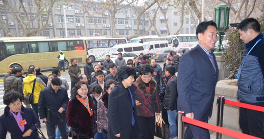 出席江苏省政协十一届二次会议的委员们陆续进入会场