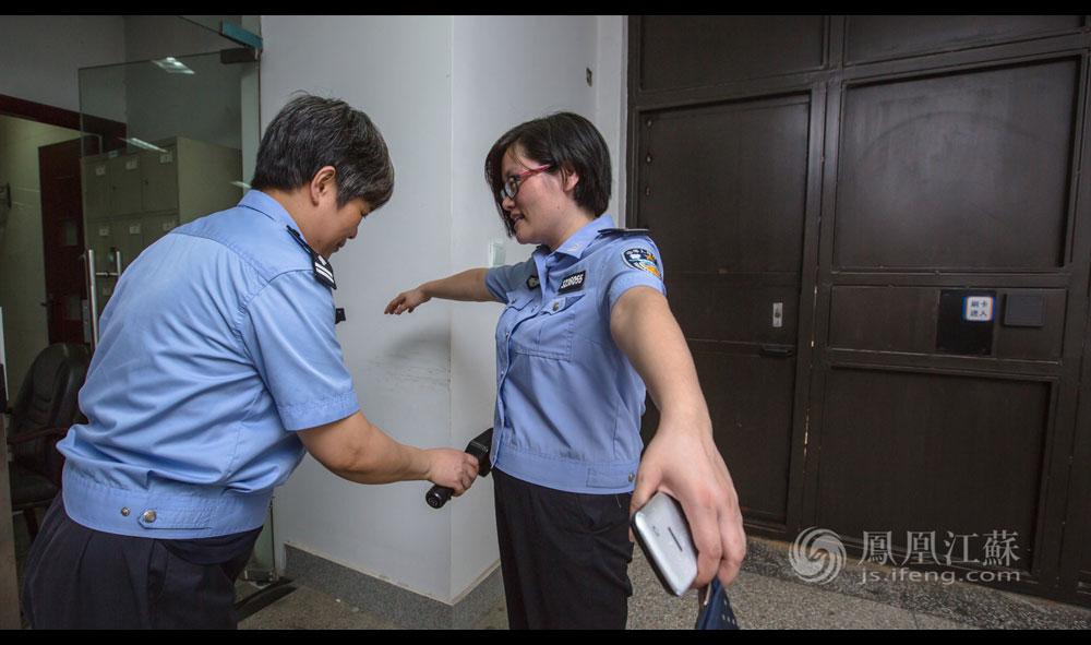 8点10分,张琦进了监狱大门。她已脱下便装换上警服,直线距离不长的监狱二道门,张琦手持通行证经历了数次严格的核验,最后接受二道岗的安检。进入二道岗之前,张琦有着多重的身份,她是女儿,是母亲,是妻子,是普通的社会一员,但进入二道岗之后,她只有一个身份——一线监区的一名民警。