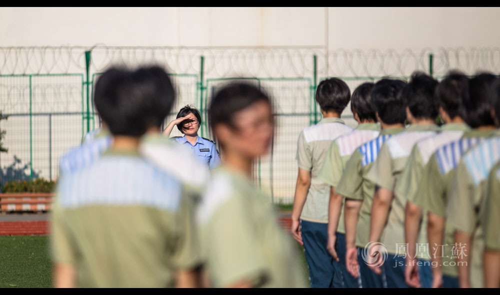 9点10分,监区操场上的国旗迎风飞扬。服刑人员在民警的指挥下进行队列训练,大家整齐有致,使得其中一名女犯慢半拍的动作尤为突出。张琦注意到,这名女犯正是交接班时同事提醒需要留意的那位。队列训练结束时,张琦单独喊出该名女犯询问,女犯的丈夫也在男监服刑,家里近日又出了变故。