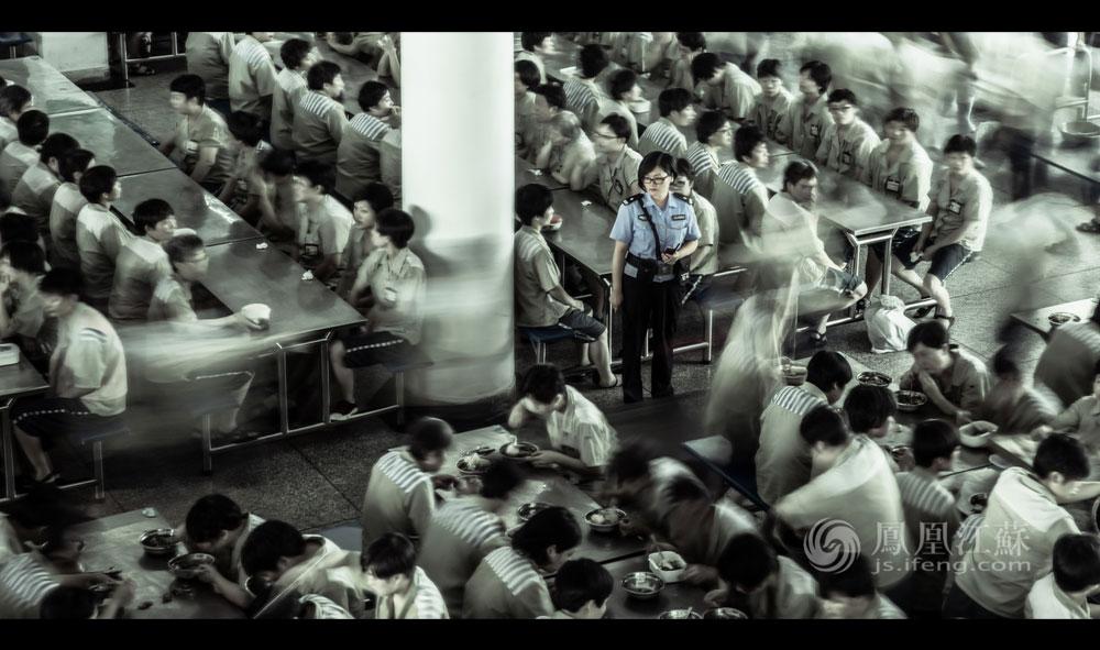 """11点30分,""""感谢国家培养护佑,感谢父母养育之恩,感谢农夫辛勤劳作,感谢大众信任支持"""",饭前感恩词在能容纳千人的监狱餐厅上空回响。服刑人员在监区管教民警的带领下集中就餐,如有特殊饮食要求的,监狱食堂会准备病号餐,少数民族餐,等等。"""