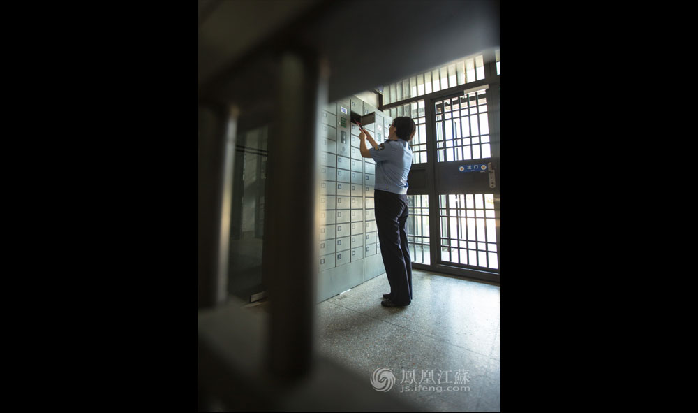 """中午12点,带领完服刑人员就餐的张琦轮换出二道岗,前往民警餐厅就餐。在二道岗的储物柜,张琦拿出自己存放的手机,看看是否有未接电话或微信、短信。""""手机不能带进监狱,所以一脚踏进监区,家人朋友就很难联系到自己。""""张琦说道。"""