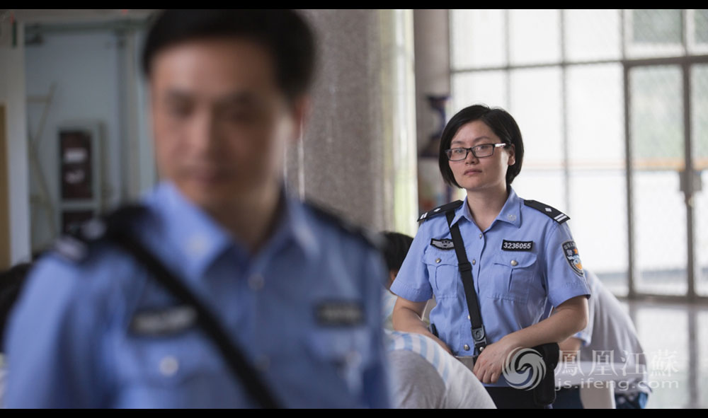 """13点10分,南京监狱,一次特别的会见。12对有亲属关系的男女服刑人员正面对面地交谈。每年的端午、中秋、春节等传统佳节,监狱会组织有亲属关系且表现良好的服刑人员进行会见。今天并不是什么特殊的节日,监狱安排的这次特别会见是因为近期推出的活动,""""2326改造套餐""""。2326代表北纬23度26分,即北回归线,寓意希望服刑人员能回归社会,回归家庭。张琦领着上午情绪不稳的女犯来到南京监狱参加了这次特别会见,她在现场看见了丈夫董坤,但董坤留给她的却是一个忙碌的背影。这也是夫妻32小时里的唯一见面。"""