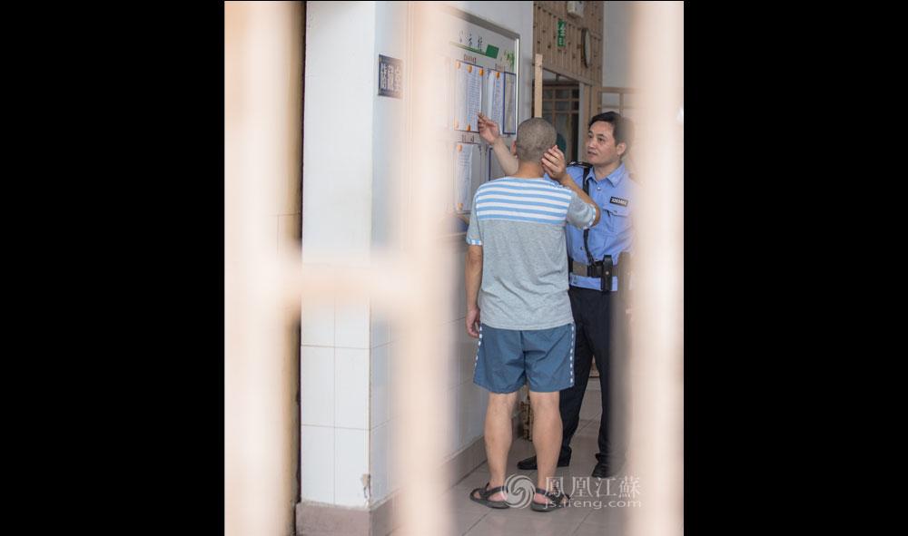 """14点,家属会见结束后,董坤来到监房。多年的一线工作让董坤练就了一双""""火眼金睛"""",服刑人员一个细微的眼神或不经意的动作已会触动他的一种感知本能。刚见过家属的一名服刑犯眼底明显流露出焦灼。董坤将男犯领到监房的狱务公开栏前,分析他的计分考核情况,解释减刑假释政策。董坤告诉男犯要振作起来,明天上午监狱科技法庭开庭,他可以申请去旁听,从别人身上学习成功改造的经验,积极改造才能争取早点回家。  江苏监狱严格落实司法部深化狱务公开的意见要求,坚持""""公开为原则,不公开为例外"""",对涉及罪犯监管改造的事项,包括对基本执法制度、重点执法环节、公众关注焦点、服刑人员权利义务等进行全过程、全方位的公开,利用狱务公开栏、会见室电子显示屏、刑罚执行信息平台以及网站、微博、微信等载体,构建多元化、立体式、分层次的狱务公开体系。"""