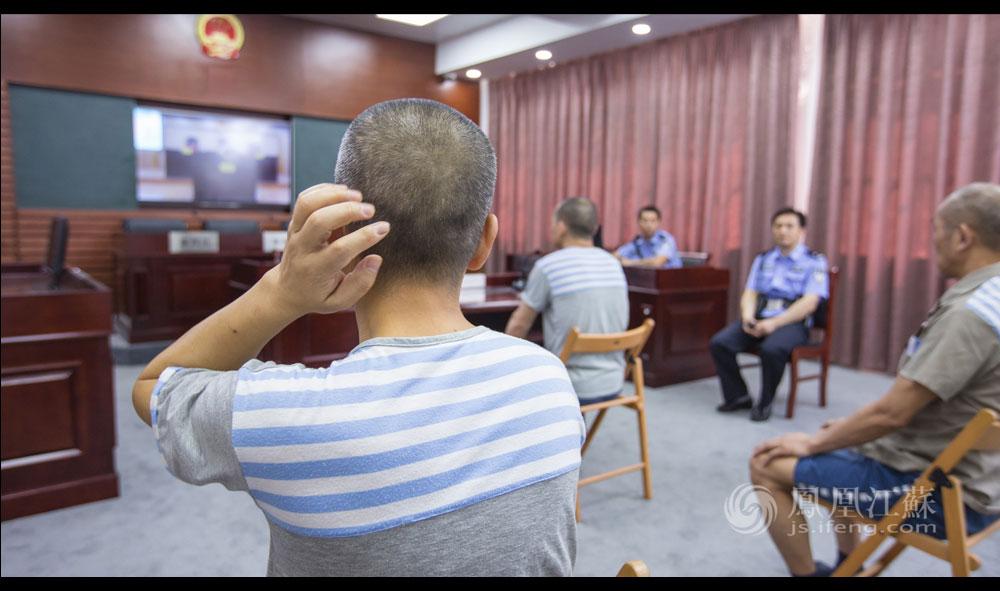 9点,南京监狱,科技法庭正在审理案件。昨天申请旁听的男犯也在,看得出他听得很认真。董坤及另一名民警在现场执行警戒任务。科技法庭,是通过科技手段进行远程视频,对服刑人员减刑假释的案件在监狱内实现远程审理,提高效能的同时降低成本。
