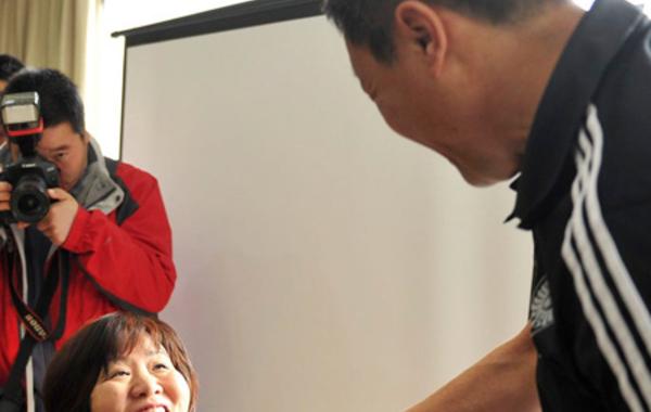 郎平与竞聘对手刘长城握手。