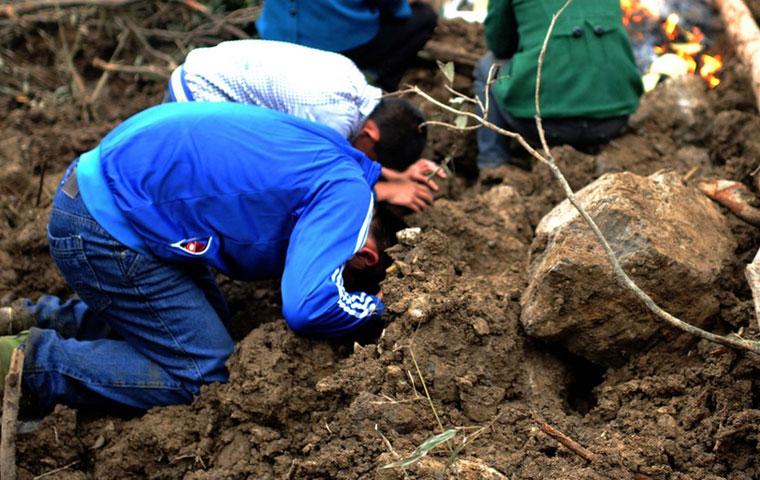 雅安地震中的女尸