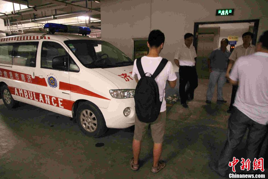 8月8日,山东省卫生厅发生人质劫持事件,120急救车守候在山东省卫生厅办公大楼地下停车场的电梯口。据警方消息,人质安全获救,犯罪嫌疑人张某被公安机关抓获,现正在依法审查中。