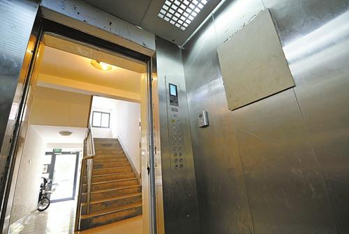 济南电梯之困 万余人挤七部电梯 年间不过关仍在用