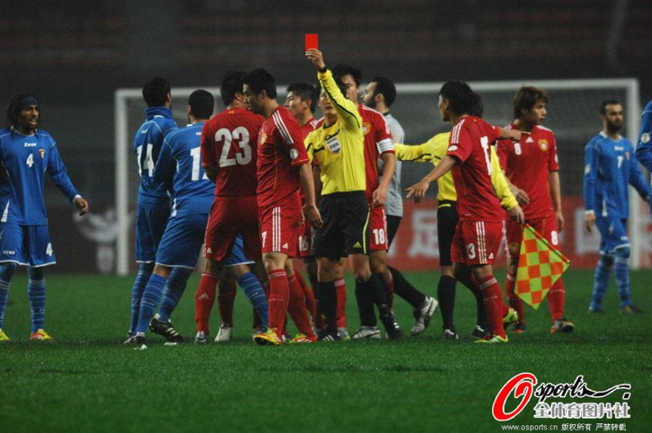 """北京时间2月22日19点35分,中国国家队坐镇主场长沙贺龙体育场与科威特队进行热身赛。经过90分钟争夺,中国队2-0击败科威特队取得热身赛胜利。上半场补时阶段郜林轰出一记世界波破门,第78分钟于大宝接于海传球垫射建功锁定胜局。上半时第41分钟,赵旭日上演""""锁喉功"""",被直接红牌罚下。"""