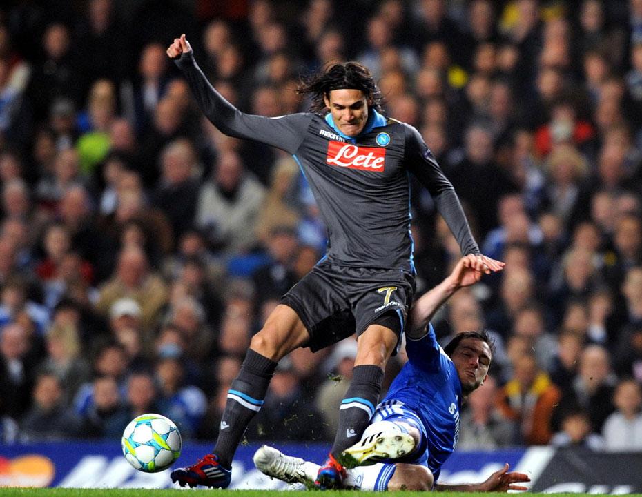 2012年3月15日,2011-2012赛季欧洲冠军联赛1/8决赛次回合,切尔西4-1那不勒斯神奇大逆转进8强。 图为兰帕德铲倒卡瓦尼。