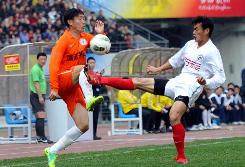 2012年3月17日,2012年中超联赛第2轮,贵州1:1辽宁。 图为曲波与对手拼抢,双方动作都很大。