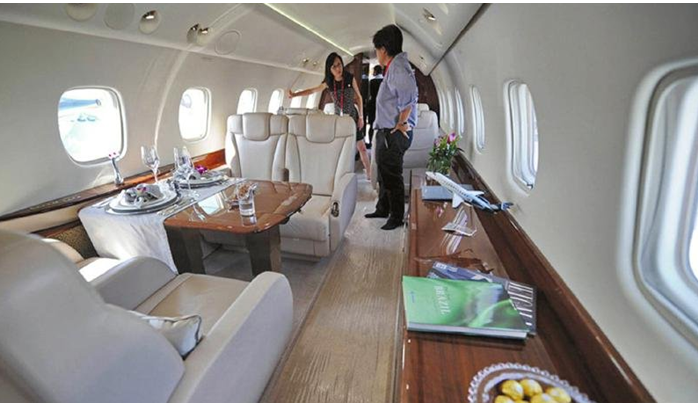 升值空间 图片为影视明星成龙的私人飞机枫木材质内饰 由于金叶枫的生长周期缓慢,极难杂交的特性,极高的观赏价值,以及其软硬适中、重量适中的特性,随着私人飞机的增加,航空航天领域开始广泛使用,升值空间巨大,不过其价格太高,供应量紧缺,注定无法普及到普通家庭。 金叶枫用途 金叶枫,不仅是自然景观中的奇葩,也是建筑装饰的良材。由于其颜色协调统一,常用于制作飞机,游艇及豪车内饰,高档家具,高端木地板,精细木家具,其它用途包括:表盘、灯具、抽屉侧板、室内施工、壁炉、名贵画框等。 特征:木材细腻、纹理均匀、抛光性佳,