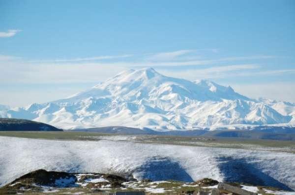 位于俄罗斯远东地区堪察加半岛东岸,由于众多的间歇泉和地热喷气孔等