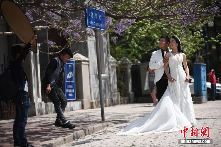 青岛老城吸引新人扎堆拍摄婚纱照