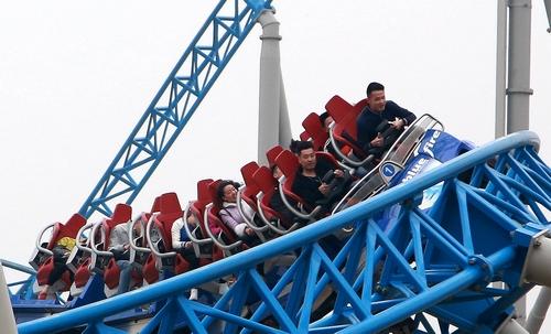 旅游旺季到来 10.5万游客同游泉城欧乐堡,海洋馆图片