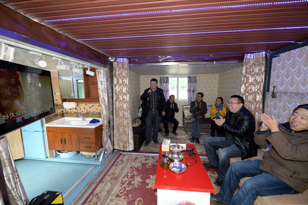 重庆4男子将货车改成移动别墅 造型拉风娱乐设备齐全