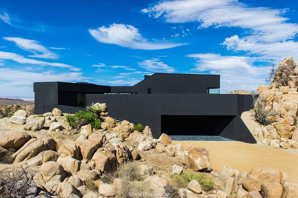 巨石嶙峋当院墙 沙漠中的黑色住宅与自然融为一体