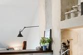这间小公寓原本只有40平米,为了能够多一些使用空间,设计师充分利用起阁楼部分。  通过在屋内增加楼梯,将生活区域拓展到了阁楼中。  鱼骨造型楼梯,不碍眼也不占用太多空间。  一楼成为厨房/客厅/餐区/工作角,二楼则是卧室。