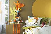 设计重点:动物主题设计  编辑点评:卧室的背景墙用布艺长颈鹿进行装饰,这还是一个可爱的收纳袋,里面可以收纳更可爱的小玩意儿哦。卧室的窗帘和抱枕也是相应的动物图案,和布艺收纳袋一起组成了温馨的动物世界。(实习编辑:刘嘉炜)