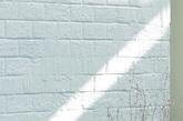 作为艺术家的屋主对建筑师提出具体需求,房子需提供一个舒适的生活空间,有创造力的空间以及一个展室,而且建筑外墙需要重新装修达到一个现代优雅的整体外观。 结构老化和较少的预算给重建带来严峻挑战。建筑师仔细思考如何重新构建空间,以提供内部充足的自然光照。(实习编辑:刘嘉炜)