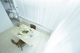 建筑师认为完美在于细节,这所房子是日本极简主义住宅的典范。大面积白色和极少的家具陈,建筑师用富有诗意设计语言描绘空间,让目光自然聚焦于光线和漂亮的地板,凸显整体风格和品质。(实习编辑:刘嘉炜)