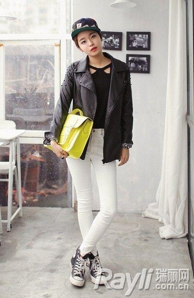 黑色铆钉皮夹克搭配长裤
