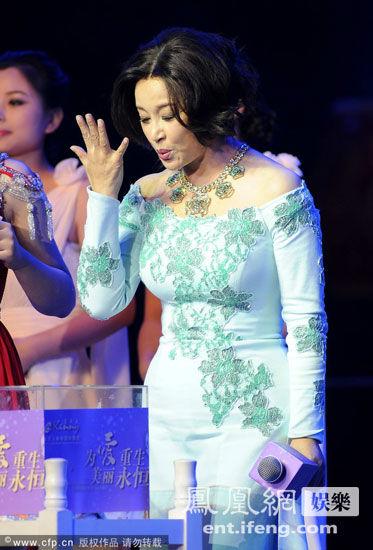 58岁刘晓庆穿紧身裙 大秀丰腴身材图
