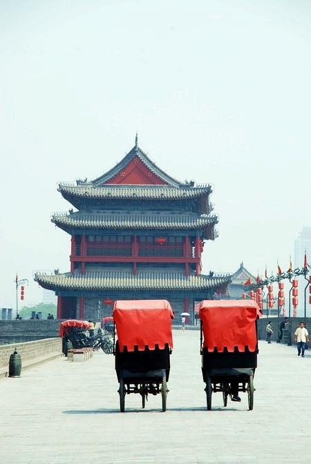 西安人会自豪的说,古城墙是代表西安的一块四方印章.