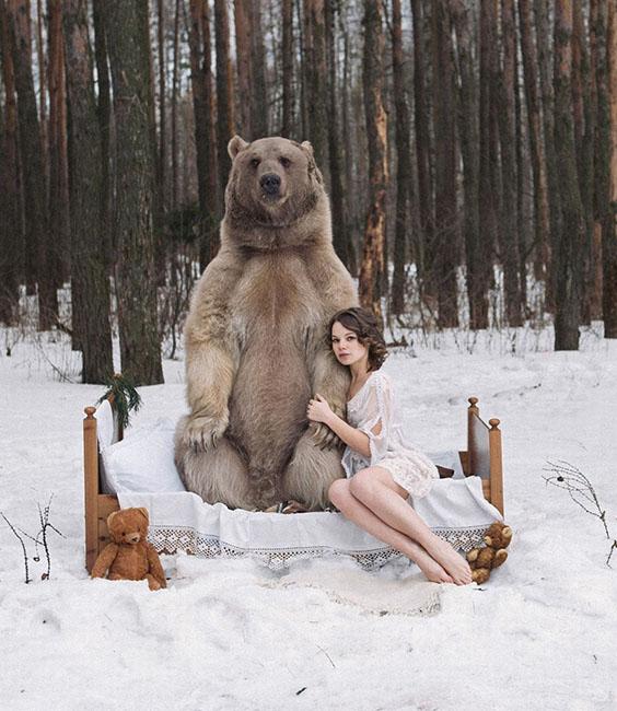 美女与野兽 棕熊与性感女模上演爱的抱抱高清